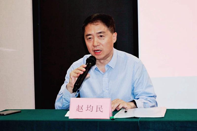 青岛市文联党组成员、副主席赵均民主持开班仪式